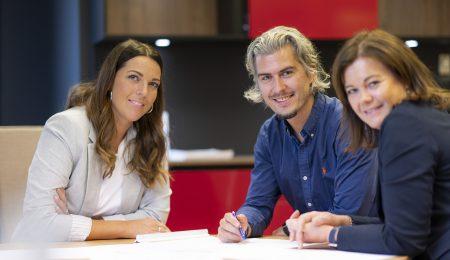 Mona, Simen og Ellen i Lierhus sitter rundt et bord.