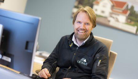 Øivind Bergstrand, daglig leder i Lierhus ser i kamera og smiler. Foto.